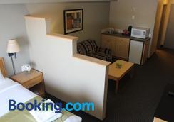 Vantage Inn and Suites - Fort McMurray - Bedroom