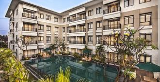 Grand Kuta Hotel and Residence - Kuta - Pool