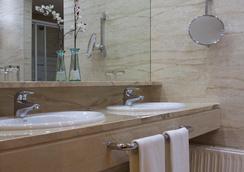 Hotel Silken Alfonso X - Ciudad Real - Bathroom
