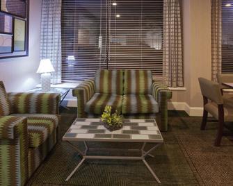 La Quinta Inn & Suites by Wyndham Houston Stafford Sugarland - Stafford - Obývací pokoj