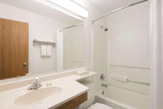 Super 8 by Wyndham New Stanton - New Stanton - Bathroom
