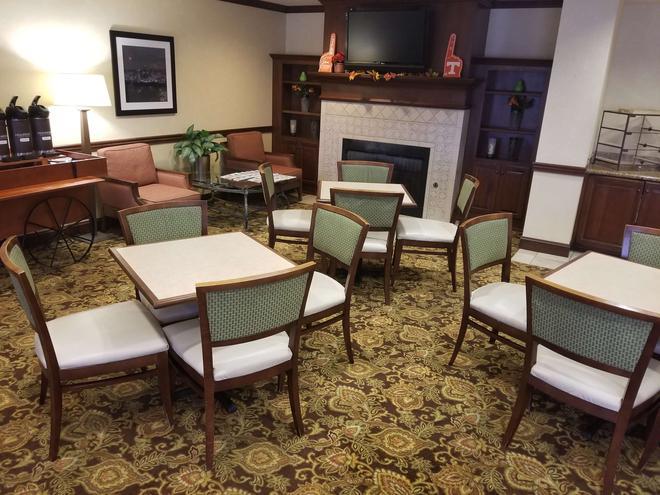 錫達布拉夫諾克斯維爾卡爾森鄉村套房酒店 - 諾克斯維爾 - 諾克斯維爾(田納西州) - 休閒室