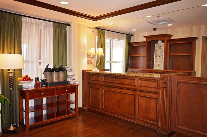 Country Inn & Suites Knoxville West at Cedar Bluff - Knoxville - Front desk