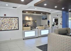 Holiday Inn Express Windsor Sonoma Wine Country - Windsor - Front desk