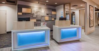 Holiday Inn Express & Suites Absecon-Atlantic City, An Ihg Hotel - Absecon - Front desk