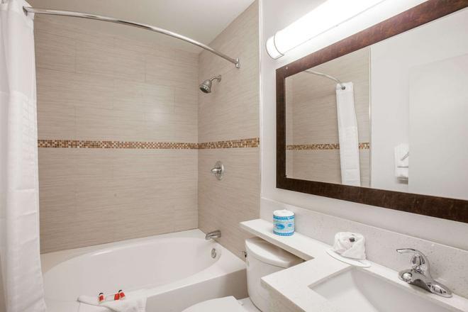 Days Inn by Wyndham Orange Anaheim - Orange - Bathroom