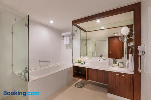Discovery Suites - Pasig - Bathroom