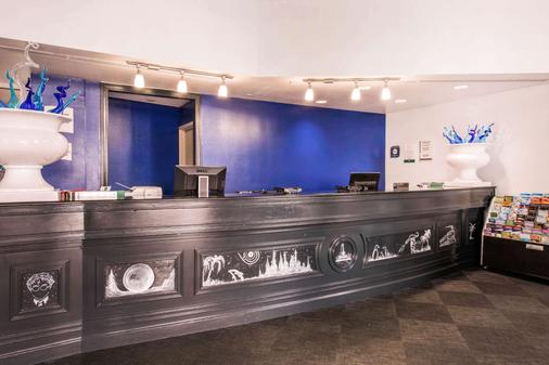 Quality Inn and Suites - Orlando - Front desk