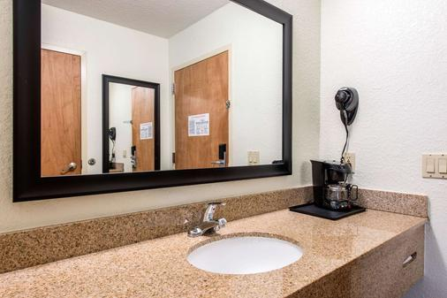 Quality Inn and Suites - Orlando - Bathroom