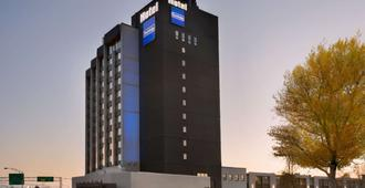 Travelodge by Wyndham Hotel & Convention Centre Quebec City - Quebec - Edificio