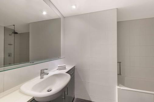 Adina Apartment Hotel Perth - Perth - Bathroom