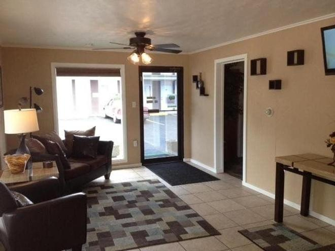 Town House Motel - Rapid City - Living room
