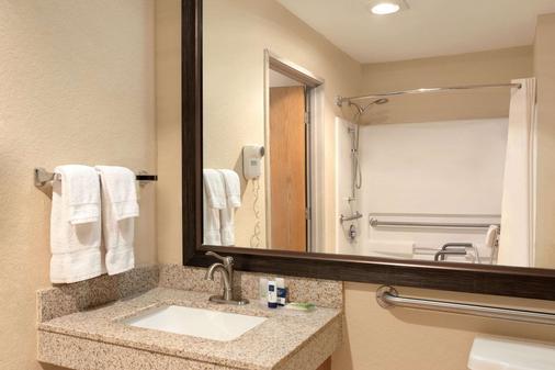 AmericInn by Wyndham Salina - Salina - Phòng tắm