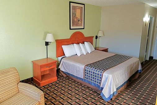 Knights Inn & Suites Near University of Richmond - Richmond - Schlafzimmer