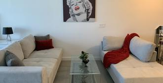 Beautiful Modern Studio Apartment With Amazing Views! - Miami - Living room