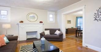 Fabulous , 4 Br Grand Home in Petworth minutes from convention center!! - Washington - Living room