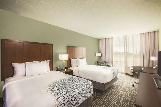 La Quinta Inn & Suites by Wyndham Wichita Northeast - Wichita - Bedroom