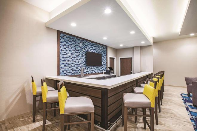 La Quinta Inn & Suites by Wyndham Wichita Northeast - Wichita - Bar