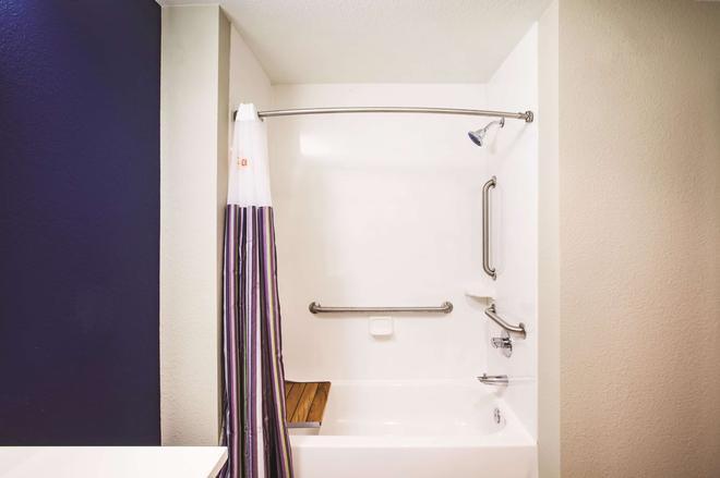 La Quinta Inn & Suites by Wyndham Wichita Northeast - Wichita - Bathroom