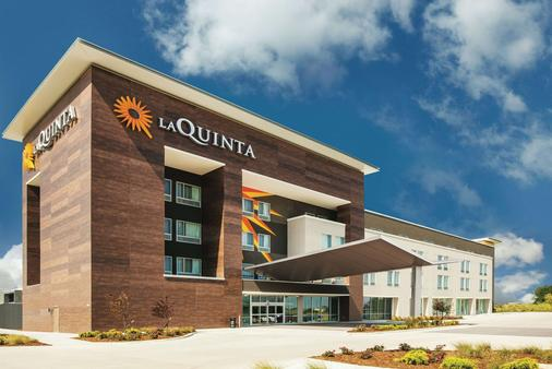 La Quinta Inn & Suites by Wyndham Wichita Northeast - Ουιτσίτα - Κτίριο