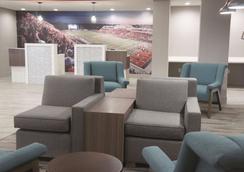 La Quinta Inn & Suites by Wyndham Pittsburg - Pittsburg - Lounge