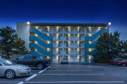 Best Western Plus Holiday Sands Inn & Suites - Norfolk - Building