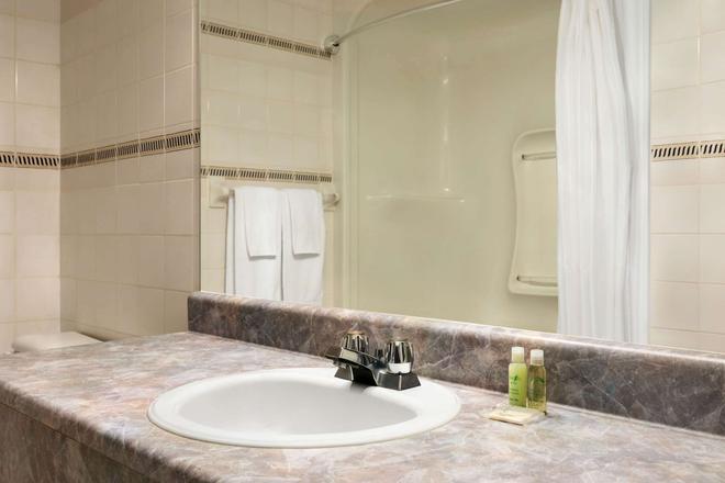 Travelodge by Wyndham Rigaud - Rigaud - Bathroom