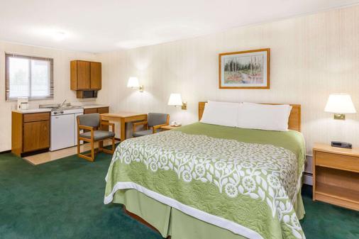 Days Inn by Wyndham Alpena - Alpena - Bedroom