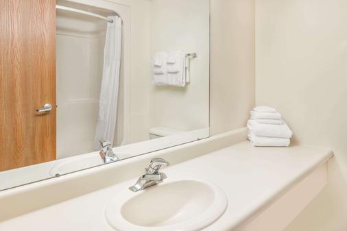 Days Inn by Wyndham Alpena - Alpena - Bathroom