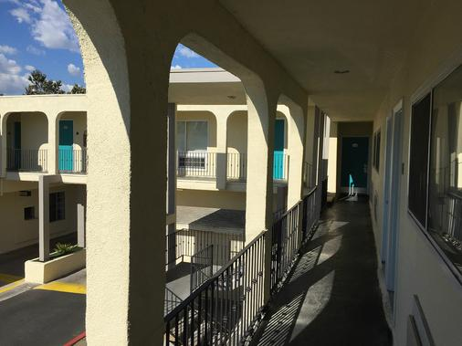Anaheim Executive Inn & Suites - Anaheim - Balcony