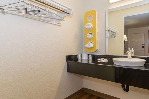 Motel 6 Anaheim Fullerton East - Anaheim - Bathroom