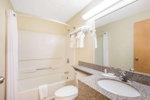 Days Inn by Wyndham Colchester Burlington - Colchester - Bathroom