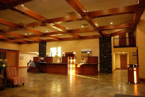 Deerfoot Inn & Casino - Calgary - Front desk