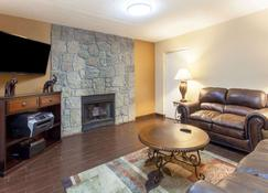 Days Inn & Suites by Wyndham Pigeon Forge - Pigeon Forge - Living room