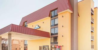 Days Inn & Suites by Wyndham Pigeon Forge - Pigeon Forge - Gebäude