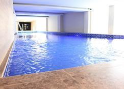 德季酒店 - 泗水 - 泗水 - 游泳池