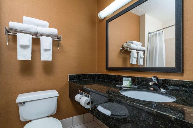 AmericInn by Wyndham Duluth - Duluth - Bathroom