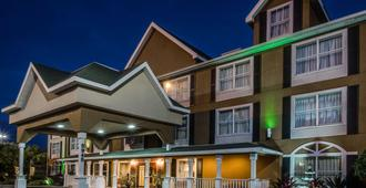 Country Inn & Suites by Radisson, Jacksonville, FL - ג'קסונוויל - בניין