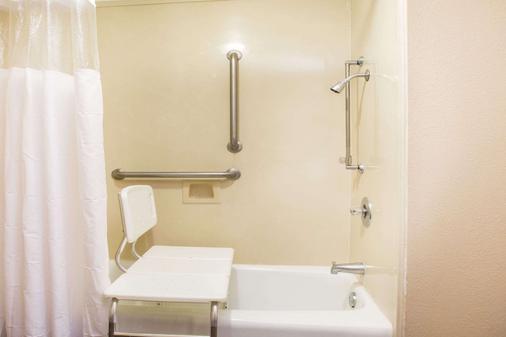 Baymont by Wyndham Mobile/ I-65 - Mobile - Bathroom