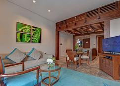Sofitel Dubai The Palm Luxury Apartments - Dubaj - Pokój dzienny