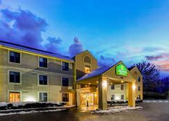 La Quinta Inn & Suites by Wyndham South Burlington - South Burlington - Building