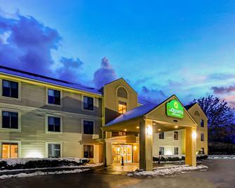 La Quinta Inn & Suites by Wyndham South Burlington - South Burlington - Gebouw
