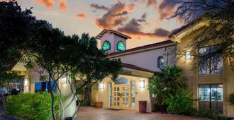 La Quinta Inn By Wyndham San Antonio I-35 N At Rittiman Rd - סן אנטוניו - בניין