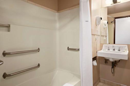 Super 8 by Wyndham Coeur d'Alene - Coeur d'Alene - Bathroom