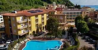 Hotel Bisesti - Garda - Toà nhà