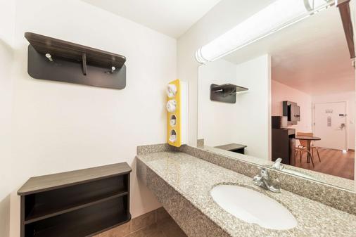 Motel 6 Bricktown - Oklahoma City - Bathroom