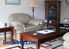 Storytellers Retreat - Twillingate - Living room