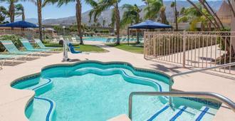 Days Inn by Wyndham Palm Springs - פאלם ספירנגס - בריכה