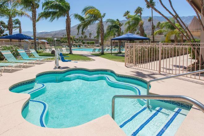Days Inn by Wyndham Palm Springs - Palm Springs - Piscina