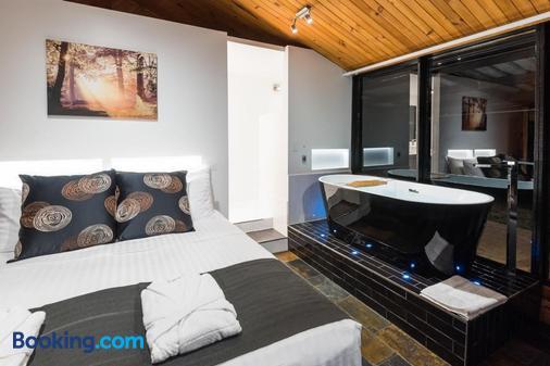 Waterfall Springs Retreat - St Albans - Bedroom